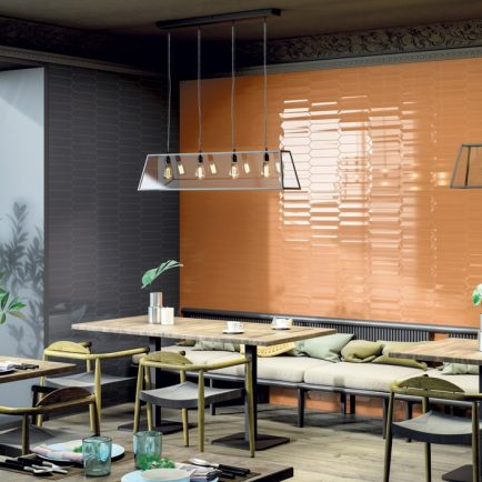 Die Kombination aus Fliesen mit und ohne 3D Effekt bringt die Wand besonders stark zur Geltung.