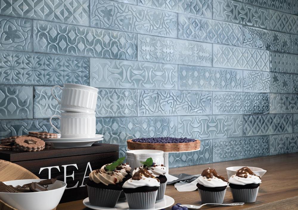 Schmale Fliesen in dekorativen Küchenbereichen.